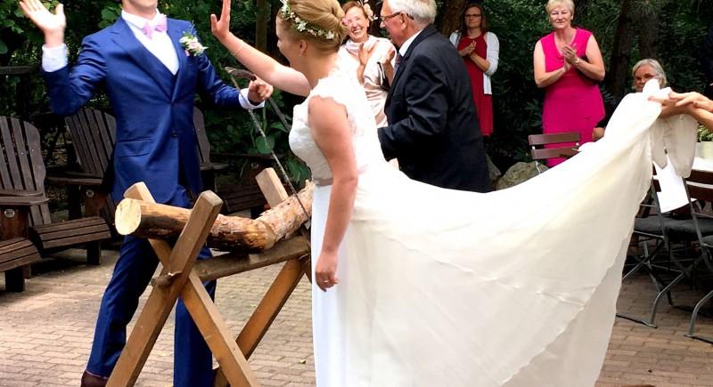 Hochzeitsbräuche Baumstammsägen