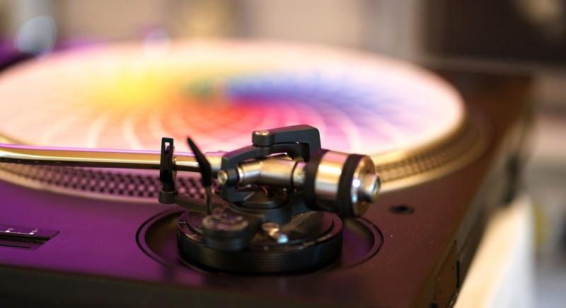 DJ mit Schallplatten für Hochzeit